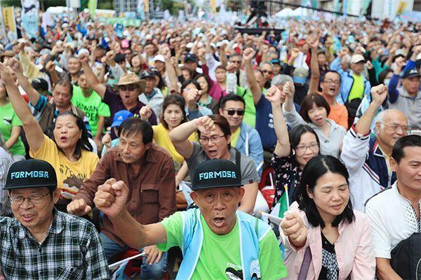 На Тайване тысячи человек вышли против политики Китая