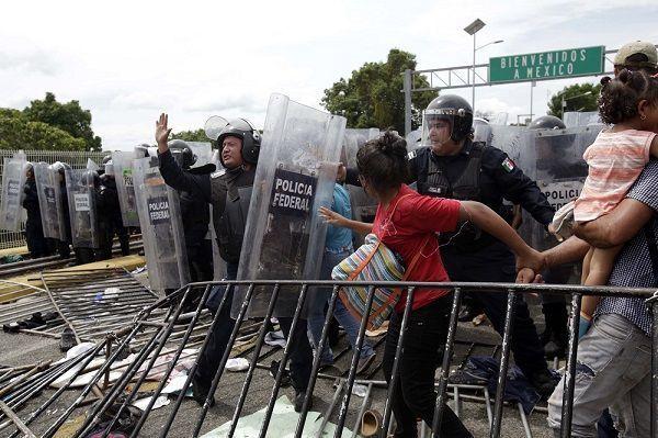 «Караван мигрантов» прорвал заграждение на границе Гватемалы и Мексики