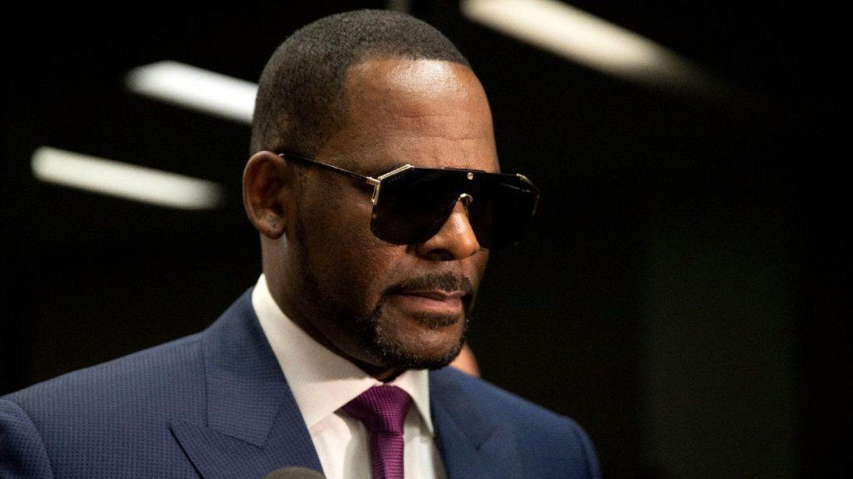 R. Kelly признали виновным в сексуальном насилии. Как в США реагируют на вердикт?