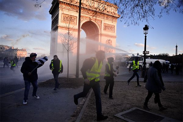 Парижская полиция запретила субботнюю акцию «желтых жилетов» на Елисейских полях