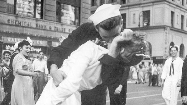 Умер моряк с фотографии, которую сделали на Таймс-сквер в день капитуляции Японии