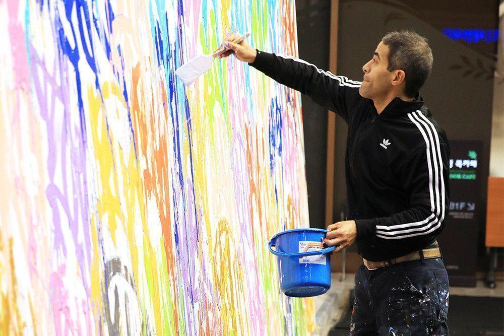 Посетители выставки в Сеуле случайно дорисовали картину ценой в $440 тысяч