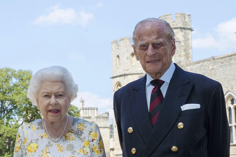 Королева Великобритании и ее супруг привились от коронавируса