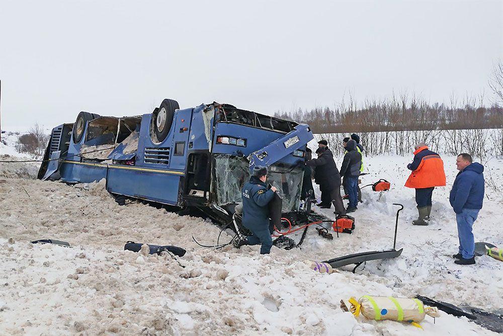 В Калужской области перевернулся автобус с детьми есть погибшие