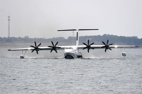 В Китае крупнейший в мире самолет-амфибия совершил первый взлет с воды