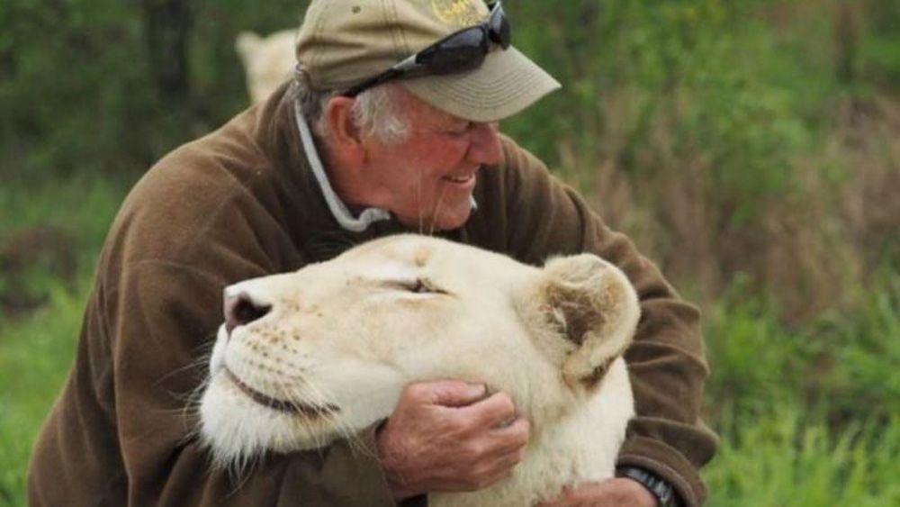 Львицы растерзали спасшего ихмужчину