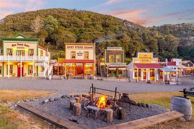 В Новой Зеландии продают детальную копию города времен Дикого Запада. В нагрузку дают пасеку