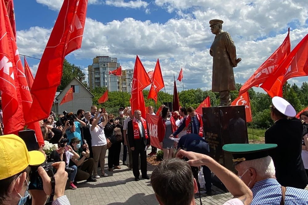 Russian communist unveils Stalin statue on day of rescheduled WWII victory parade