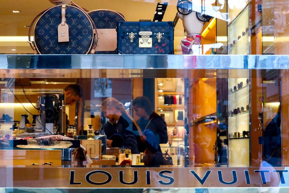 4791ee063d87 В центре Москвы из магазина Louis Vuitton украли семь миллионов рублей