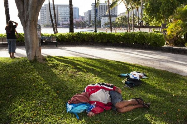 Власти города во Флориде решили отпугивать бездомных детскими песнями