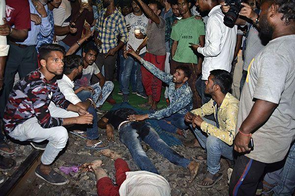 Больше 50 человек погибли в Индии, после того как поезд врезался в толпу