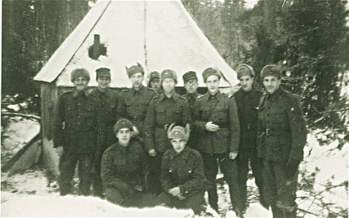 finnish-jewish-soldiers-outside-field-synagogue.jpg