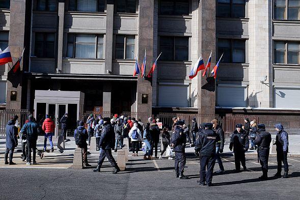 У Государственной думы задержали активистку скартонной фигурой Слуцкого