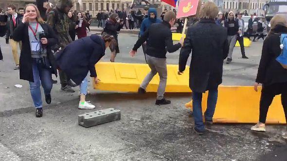 В Петербурге участники несогласованной акции устроили шествие по Невскому проспекту