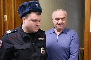 Отца сенатора Арашукова обвинили в убийстве советника президента КЧР