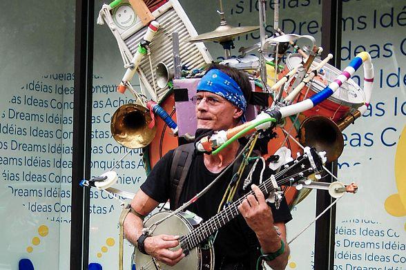Встолице Англии уличным музыкантам можно платить бесконтактно