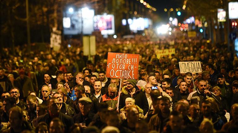 В Черногории тысячи людей требуют отставки президента на митингах