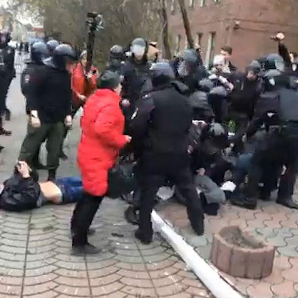 В Красноярске полицейские задерживают участников акции #ОнНамНеЦарь