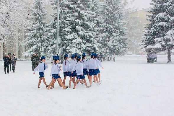 Картинки по запросу Дети под снегом  в легкой одеже маршируют