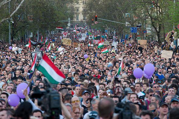 ВВенгрии несогласные с результатами парламентских выборов провели митинг