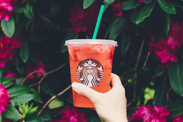 Starbucks иMcDonald's планируют отказаться отпластиковых трубочек к 2020