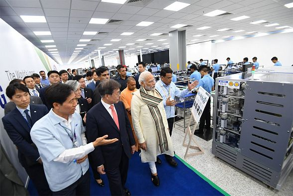 Samsung открыл самый большой в мире завод по производству смартфонов в Индии