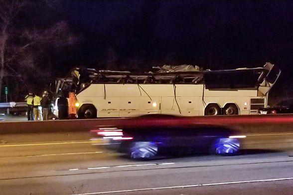 ВСША ученический автобус врезался вэстакаду, пострадали 42 человека