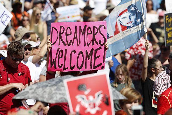 Повсей территории США десятки тыс. людей протестовали против миграционной политики Трампа