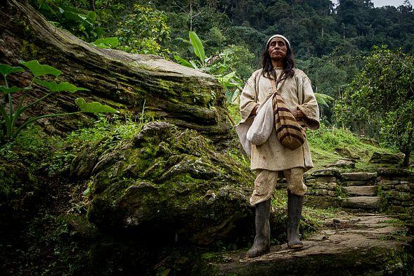 Выживающий в тропических зарослях одинокий туземец впервый раз попал навидео
